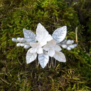 Peineta de novia de flores blanco nacar y plata perlada con pistilos en blanco y plata perla