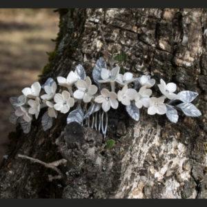Tiara de flores blanca y hojas color plata y cristales de swarovski