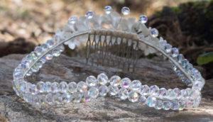 Corona de cristal checo y flores de porcelana fría blanco nacarado, ideal para novia en su boda.
