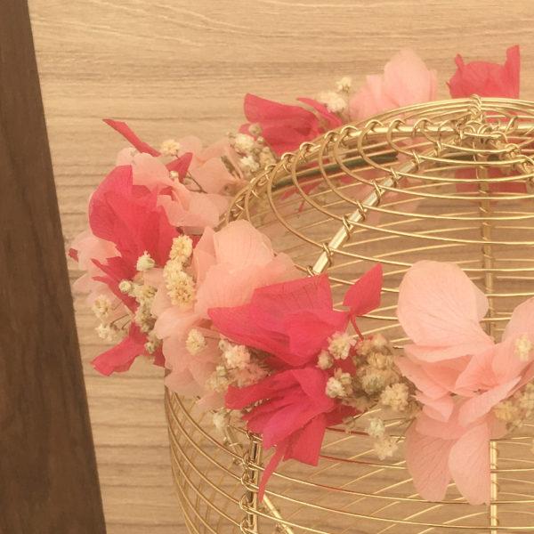 Corona de primera comunion infantil de flores preservadas rosa y rosa claro y blancas