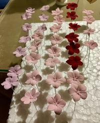 Como se hacen y como hacemos las flores de porcelana fría, pintadas a mano.