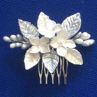 Peinecillos, peinas o peinetas de todos los estilos para tu peinado de boda, comunión o fiesta.