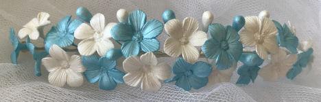 tiara de flores de porcelana fría celeste y blanca personalizable en Moncreavi tocados y complementos