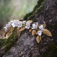 Exquisita tiara de flores blanco nacarado y hojas en un bonito color dorado.