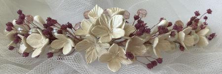 Tiara novia flores blancas porcelana fría y flores violeta preservadas