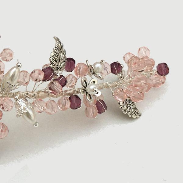Tiara joya cristales checo rosa claro y cristales granate con fornituras de metal en plata vieja y flor central de resina rosa con cristal checo