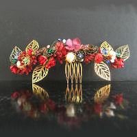 Tocados joya diseñados con mucho gusto con todo tipo de abalorios y fornituras.