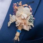 Prendido de novio a juego con tiara para el pelo de flores preservadas y ramo de novia