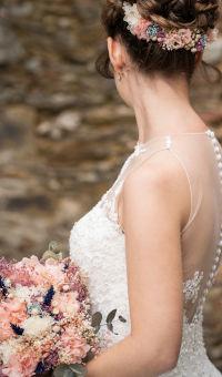 Tiara para el pelo de flores preservadas a juego con ramo de novia y prendido de novio