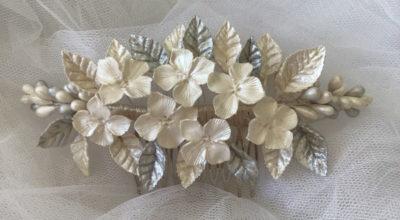Tiara de novia de flores de porcelana fría blanco nacar y pistilos y hojas plata claro perlado