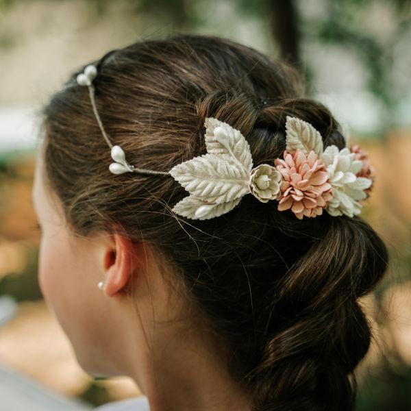 Corona comunión flores hojas pistilos rosa blanco perlado