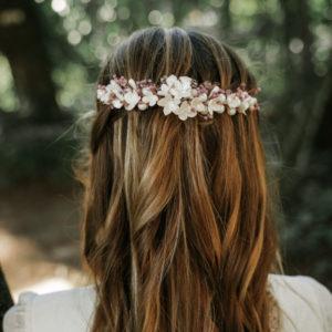 Tiara de flores blancas y adornos en violeta para boda, tiara de novia, tiara de invitada